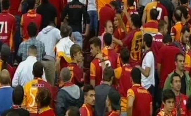Galatasaray taraftarından maça damga vuran protesto