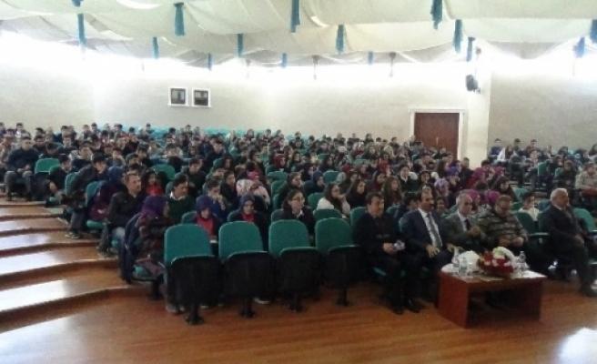 """Gazeteci-yazar Hikmet Köksal'dan """"gençler Ve Değerler Sistemi"""" Konferansı"""