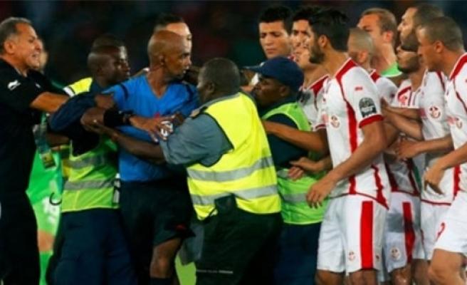Hakeme 6 ay futbol yasaklandı!