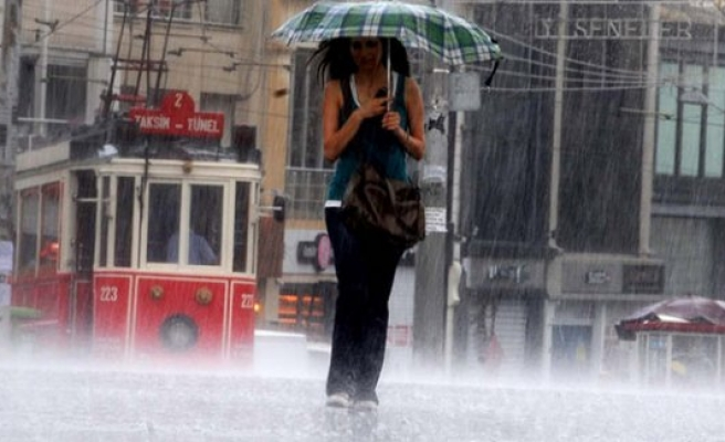 İstanbul'da sağanak hayatı olumsuz etkiledi.