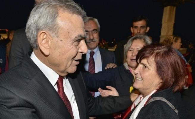 İzmir'de Cumhuriyet Kutlamaları Fener Alayı İle Taçlandı
