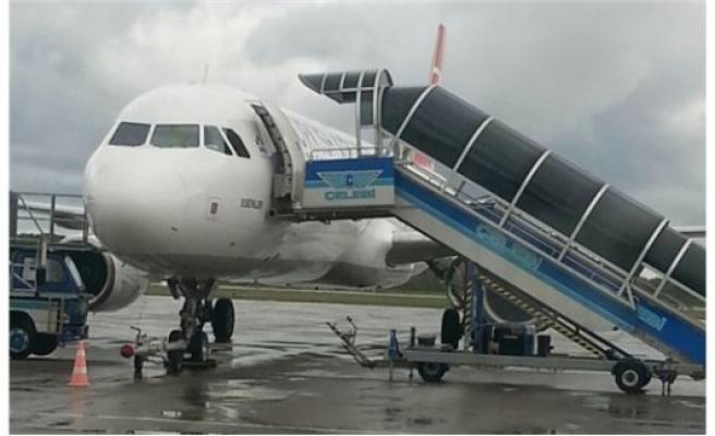 Kaptan farketti, yolcular uçaktan indirildi