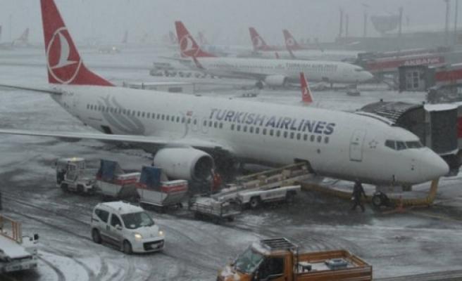 Kar hava trafiğini de etkiledi
