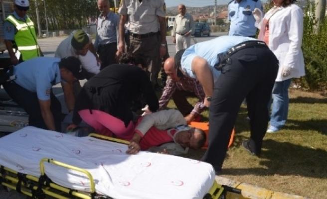 Kula'da Motosiklet Kamyonetle Çarpişti: 2 Yaralı