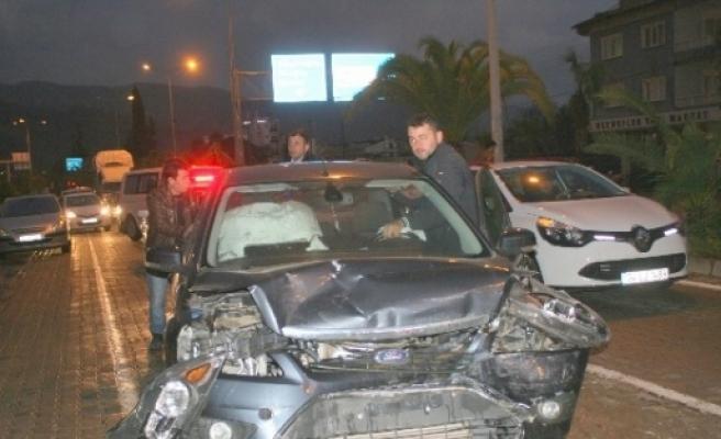 Marmaris'te Kırmızı Işikta Zincirleme Trafik Kazası