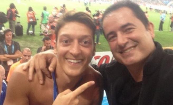 Mesut Özil şampiyonluğu Acun'la kutladı