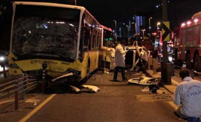 Metrobüs ile otomobil çarpıştı: 5 ölü 5 yaralı!