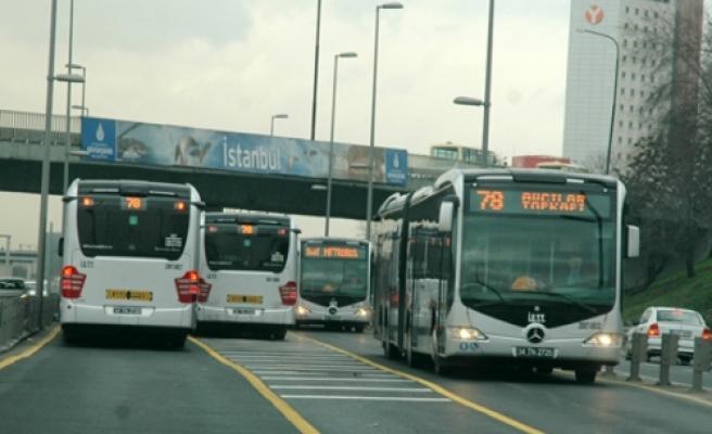 Metrobüs trafiği kilitledi