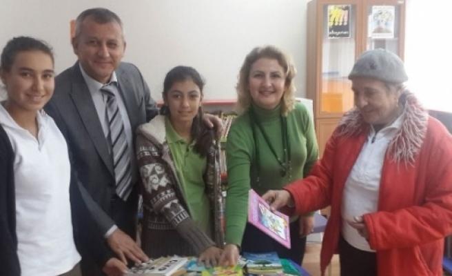 Muğla'da Yabancılardan Noel'de Kitap Bağışı