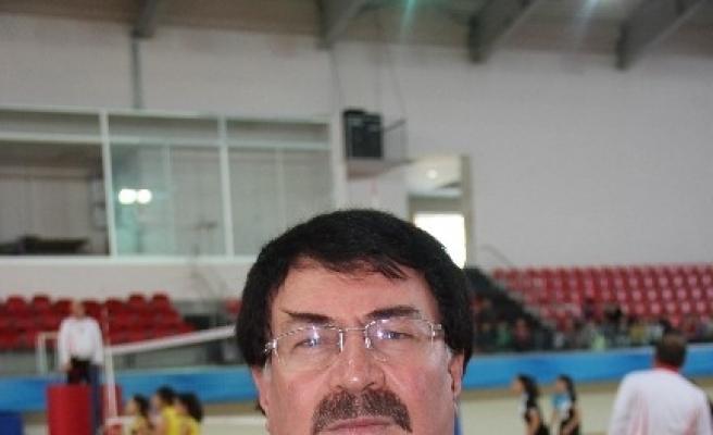 Okullar Arası Voleybol Turnuvası'nda Kıyasıya Mücadele Sürüyor