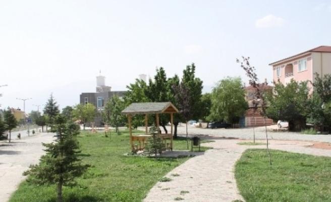 Parklardaki Mobilyalar Tahrip Edildi