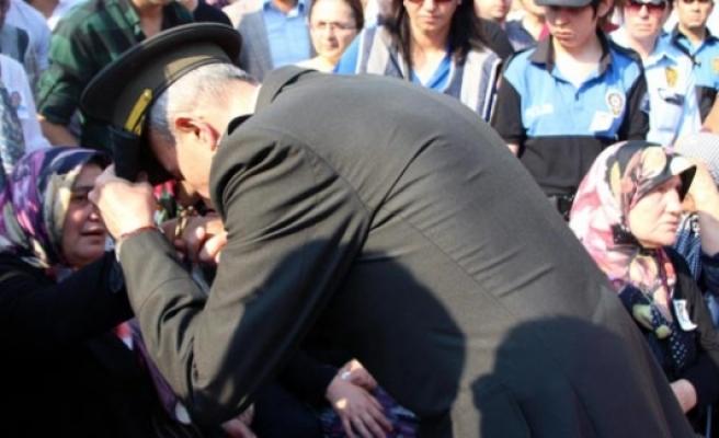 Şehit annesinin elini öpen Albay tutuklandı