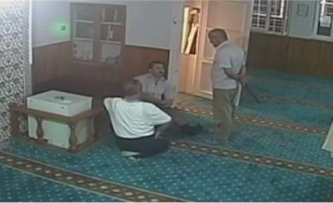 """Sela okunan camiye saldırdı, """"Sizin devriniz bitti"""" dedi"""
