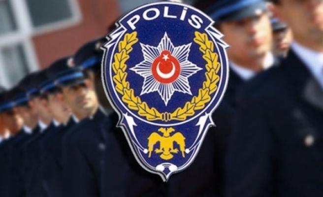 Sevgilisiyle yaşayan polis olamaz!