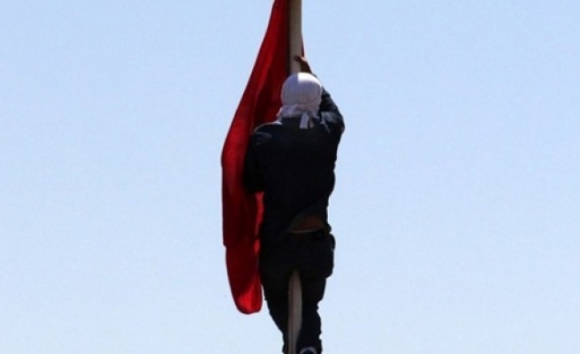 Türk bayrağını indiren şahıs konuştu!