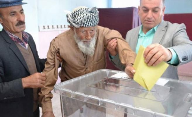 Türkiye'nin en yaşlı seçmeni oyunu kullandı