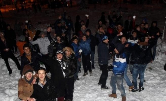 Üniversite Öğrencilerden Kartopu Savaşı
