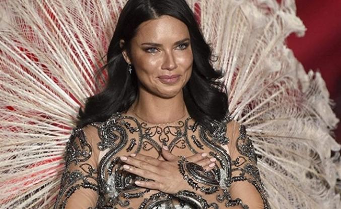 Adriana Lima son kez Victoria's Secret defilesinde...