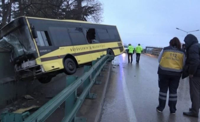 Bursa'da feci kaza! Otobüs yoldan çıktı köprüde asılı kaldı