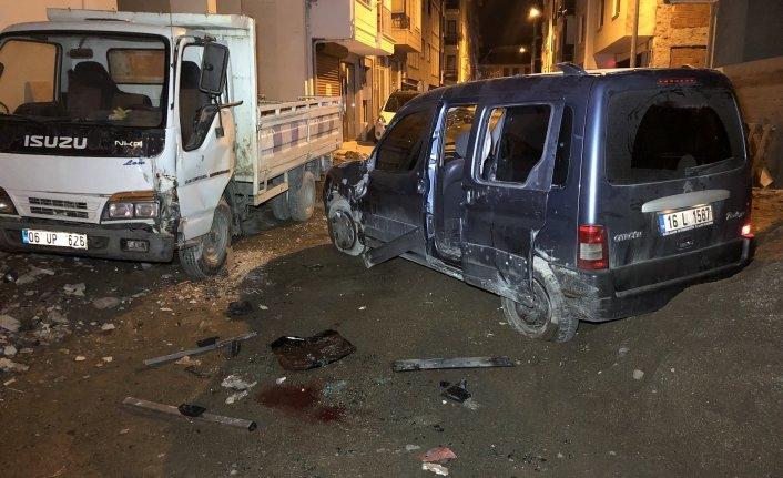 Bursa'da kamyonetler çarpıştı yaralıları mahalleli kurtardı