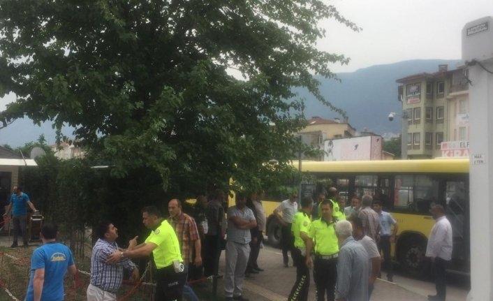 Bursa'da otobüs şoförü ile yolcu birbirine girdi ortalık savaş alanına döndü