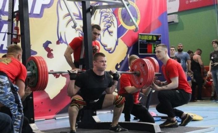 Rus halterci 250 kiloluk halteri kaldıramayınca bacakları kırıldı