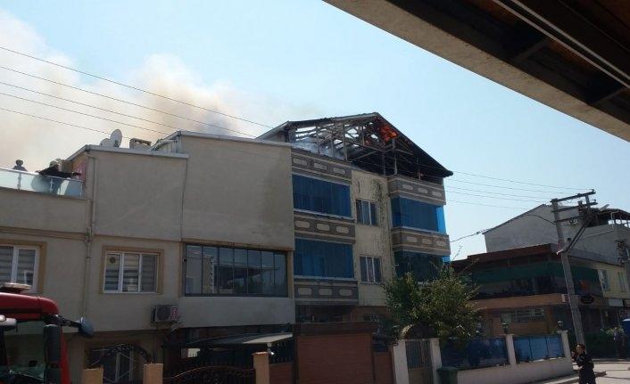 Bursa'da 3 katlı binanın çatısı alev alev yandı
