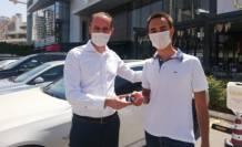 YKS'de birinci olan öğrencisine otomobilini hediye etti!
