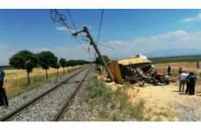 Yük treninin çarptığı römork traktörün üstüne düştü!