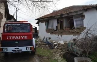 Depremde enkaza dönen evde yangın çıktı, aile...