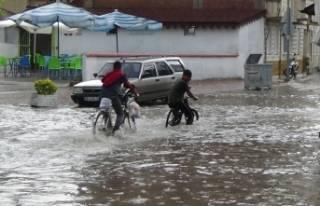 Bursa'da aniden bastıran yağmur sokakları...