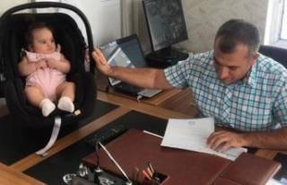 Öğretmen dersteyken bebeği okul müdürüne emanet