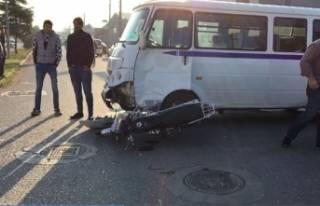Bursa'da servis minibüsü ile motosiklet çarpıştı:...