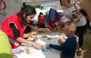 Çocuk yetenek şenliğine Türk Kızılay çadırı...