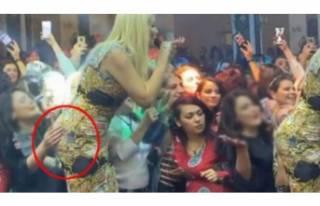 Hayranı Selin Ciğerci'nin kalçasına dokunca...