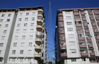 İki bina arasındaki yüksek gerilim hattı korkutuyor