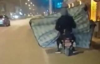 Yer Bursa! Motosikletle 2 yatak taşıdılar