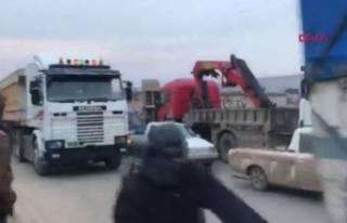 İdlib'den kaçıyorlar! Uzun kuyruklar oluştu