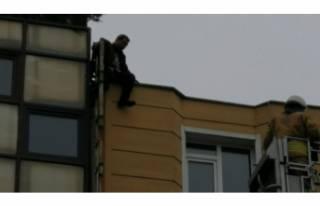 5 katlı binanın çatısına çıktı...