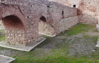 Bursa'da 2 bin yıllık Roma surlarını spreyle...