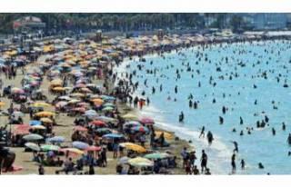Çeşme plajları doldu taştı! 1 milyon kişiyi...