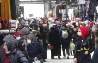 Bursa'da kadınlar kıyafet pazarına akın etti