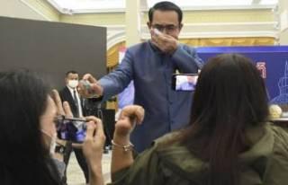 Sorudan rahatsız olan Başbakan gazetecilere dezenfektan...