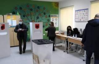 Arnavutluk'ta halk genel seçimler için sandık...