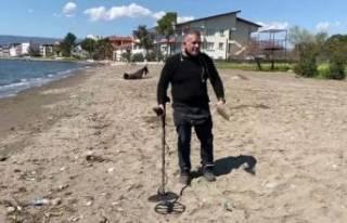 Bursa'da dedektörle sahilde altın arıyor!...
