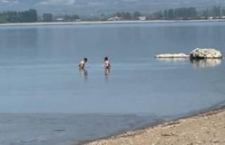 Bursa İznik'te kısıtlamada yüzme keyfi!