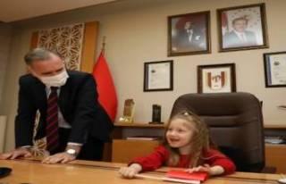 İnegöl Belediye Başkanlığı koltuğuna minikler...