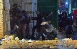 İsrail polisi Mescid-i Aksa'daki cemaate saldırdı!...
