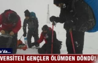 Bursa Uludağ'da üniversiteli gençler donmaktan...