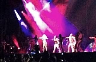 Lady Gaga İTÜ konserinde sahnede soyundu- İZLE
